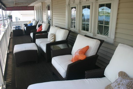 DW's Oceanside Inn: Front covered porch with direct ocean & beach views