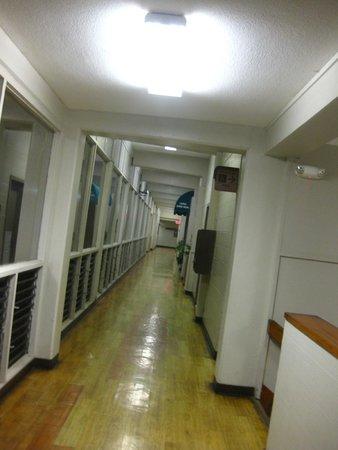 Maui Beach Hotel: looks like a school...