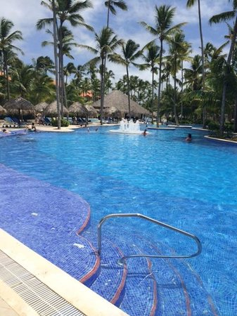 Majestic Elegance Punta Cana: Amazing pool...complete with swim up bar...perfect on a warm summer day...