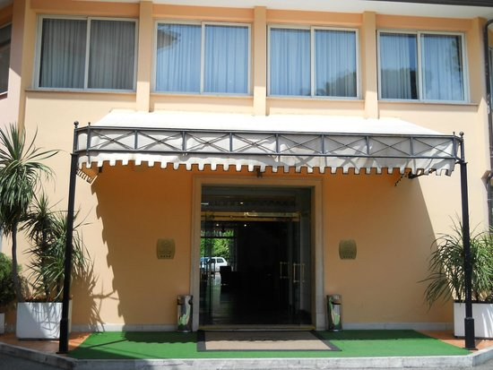 Cristoforo Colombo Hotel: Вход в отель.