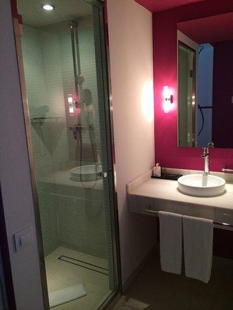 Room Mate Emma: doccia enorme!