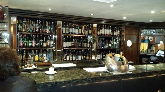 The Capital Hotel : Belíssimo Bar onde também acontecem os cursos de whisky !