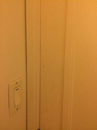 Sheraton Maui Resort & Spa : dirty wall/door