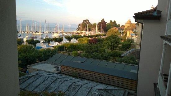 Romantik Hotel Mont-Blanc Au Lac : Вид из окна на озеро и замок