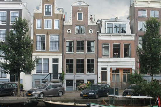 B&B Herengracht 21: View of house from across the canal.