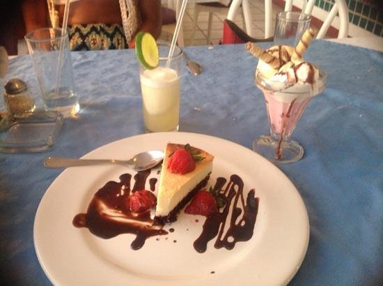 El Mirador Acapulco Hotel: Stawberry cheesecake, ice cream with cookie & margarita...good eating!
