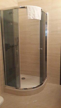 Rezydent Hotel: shower