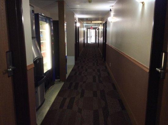 Super 8 Madison: Hallway