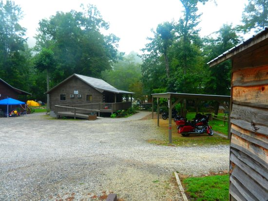 Iron Horse Motorcycle Lodge : Motorcycle shelters between cabins