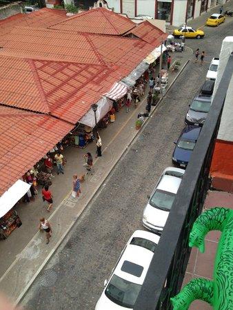 Encino Hotel: Vista del Mercado de Artesanias desde el balcon de mi cuarto