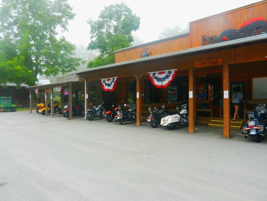 Iron Horse Motorcycle Lodge: Front sheltered bike area with metal kickstand plates