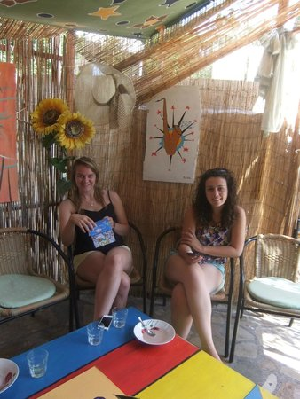 Beach Hostel: chilling/dining area