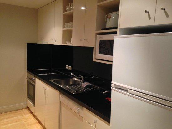 Adina Apartment Hotel South Yarra: kitchen