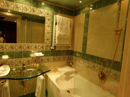 Homs Hotel: Suite bathroom