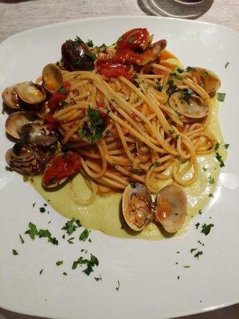 Quihotel : Spaghetti ai frutti di mare...su vellutata di fave....cosa dire...SUBLIME.