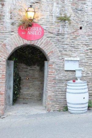 """All'Ombra del Pero: Restaurant """"Osteria dell´ Asilo"""" (Eingang)"""