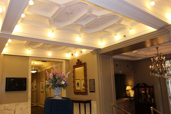 Hampton Inn & Suites Birmingham Downtown - The Tutwiler: Hotel Lobby