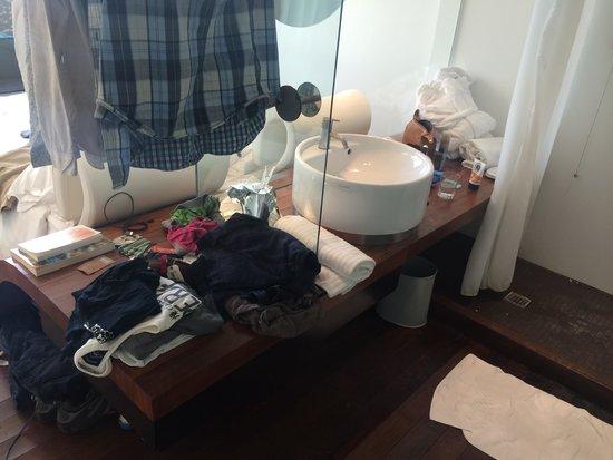 Radisson Blu es. Hotel, Roma: Weird shower area with leaky sink.