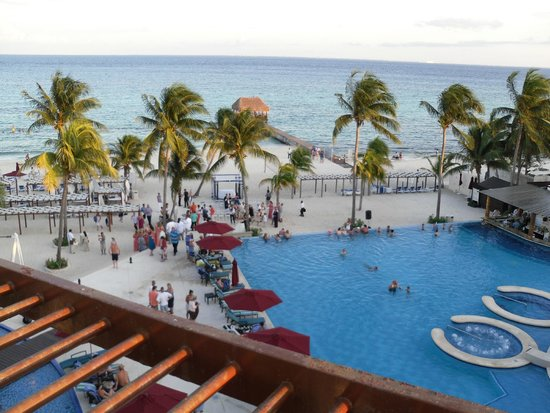 Azul Beach Resort The Fives Playa Del Carmen: Infinity pool and beach