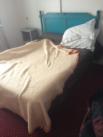 Hotel Victor Hugo : standard bed