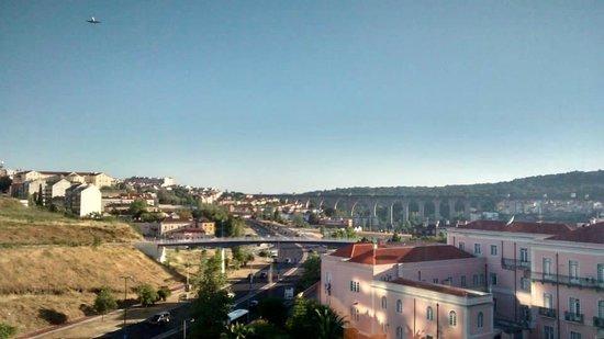 Novotel Lisboa : Vista dos quartos de trás do hotel: avião pousando (acima, à esq.) e aqueduto de Lisboa ao centr