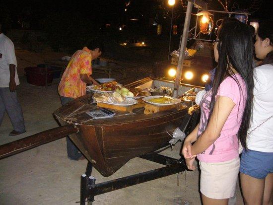 Haad Yao Beach: 's avonds veel restaurants open aan het strand