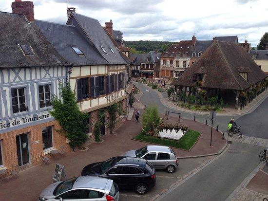 Vue de la Chambre sur la charmante place de Lyons La Foret - Picture ...