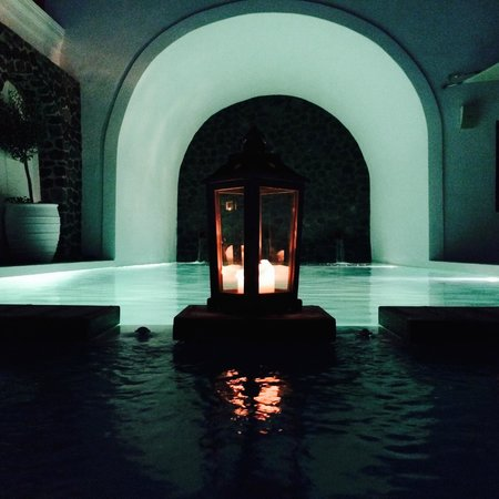 Iconic Santorini, a boutique cave hotel: piscina in notturna