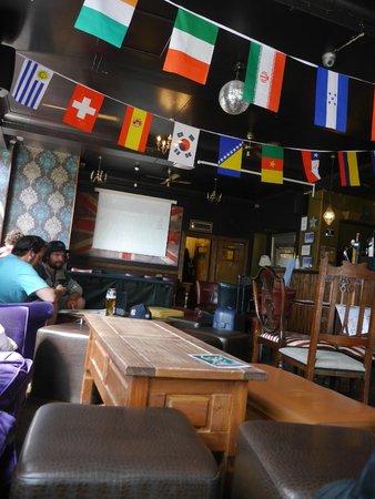 The Walrus Hostel: Bar do hostel, no térreo!