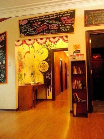 Pariwana Hostel Lima: Parte da Recepção e acesso aos quartos.