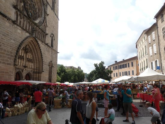 Cathédrale Saint-Étienne : le parvis un jour de marché