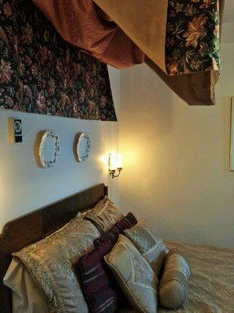 Beild House Inn: Strange old-fashioned decor in Bedroom #2