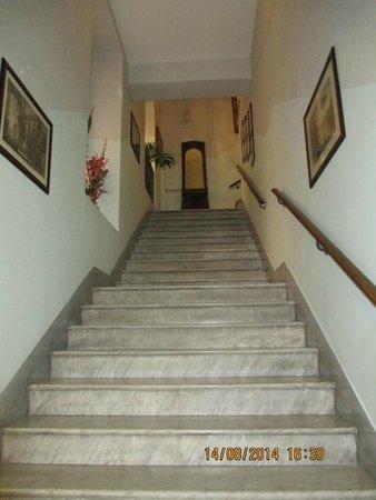 Hotel Sant Angelo: Les escaliers vers le 1er étage