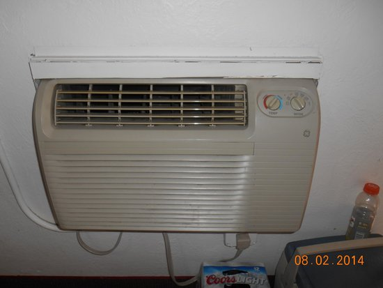 Rodeway Inn & Suites: A/C unit in front room that had two beds...very old