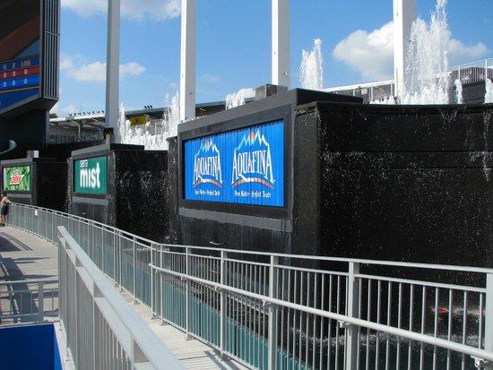 Kauffman Stadium : Right field fountains