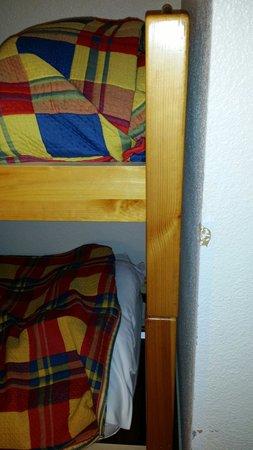 Anglet Biarritz Parme : Lits enfants ni fait ni a faire, dessus de lit n'inspirant pas vraiment  confiance, mur abîmé