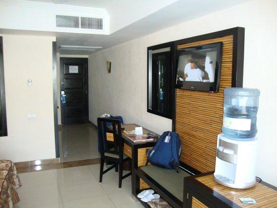 Sandos Playacar Beach Resort : tv y escritorio