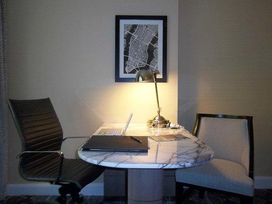 Loews Regency New York Hotel: Bom espaço para leitura e para o computador