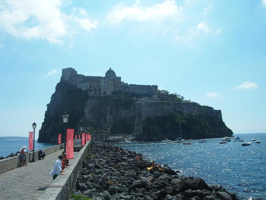 Hotel Pensione Monti: Castello Aragonese from the approach causeway