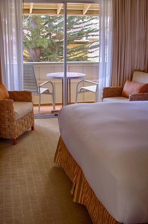 Carmel Lodge: King Room with Balcony