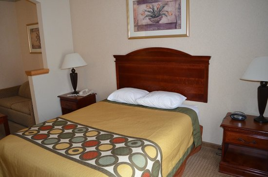 Super 8 Budd Lake: wheelchair accessible queen bed room