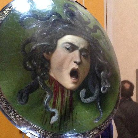 Galería de los Uffizi: Medusa by Caravaggio