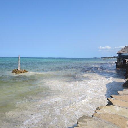 Palumboreef Beach Resort : la spiaggia con alta marea, perfettamente balneabile