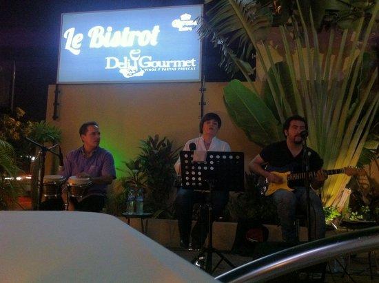 Cenando anoche en Le bistrot con magnifica actuación en directo.