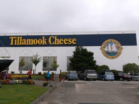 Tillamook Cheese Factory: Outside the factory.