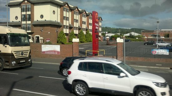 Loughshore Hotel : side of hotel from road