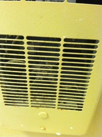 Ocean Shores Inn & Suites: bathroom heater