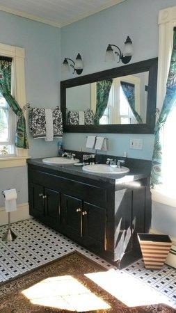 Tower House B&B: Bathroom- Double sink