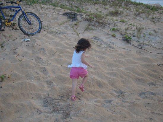 Guriri Beach: Minha neta Sofia na praia de Guriri