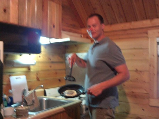 Lake Placid / Whiteface Mountain KOA : cooking in the cabin